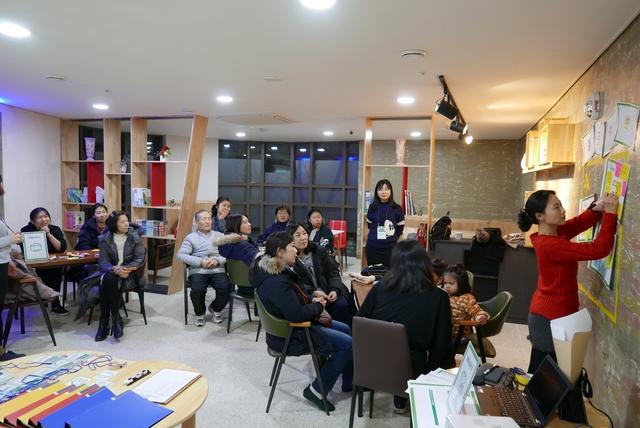 서울주택도시공사와 희망제작소가 진행하는 '행복한 아파트 공동체 만들기' 프로젝트의 '일상생활 기술 나눔' 프로그램에 참가한 서울 중계동 중계센트럴파크 주민들이 맛집 등 동네 정보를 공유하고 있다.