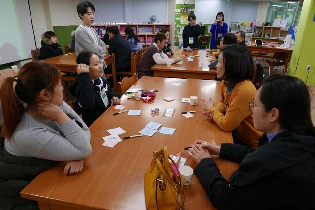서울주택도시공사와 희망제작소가 진행하는 '행복한 아파트 공동체 만들기' 프로젝트의 '일상생활 기술 나눔' 프로그램에 참가한 서울 신내동 신내데시앙 주민들이 동네에서 세대를 아울러 할 수 있는 활동이 뭐가 있을지 이야기를 나누고 있다.