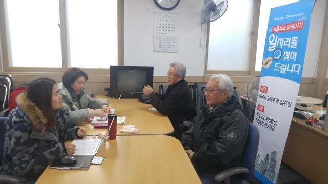 서울시와 서울주택도시공사의 임대주택 일자리 상담 프로그램에 참여한 서울 가양동 주민 안경조씨(오른쪽 위)와 박종문씨(오른쪽 아래).
