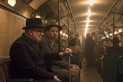 영화에서 처칠이 지하철의 시민과 대화하는 장면