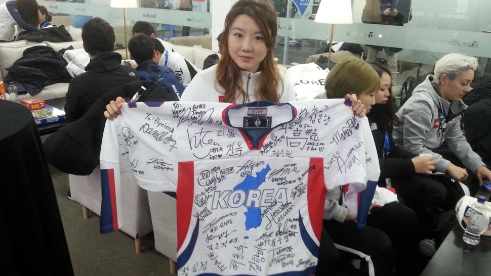 남북 아이스하키 단일팀 선수들 35명이 사인한 단일팀 유니폼을 대표팀의 고혜인 선수가 들고 있다.