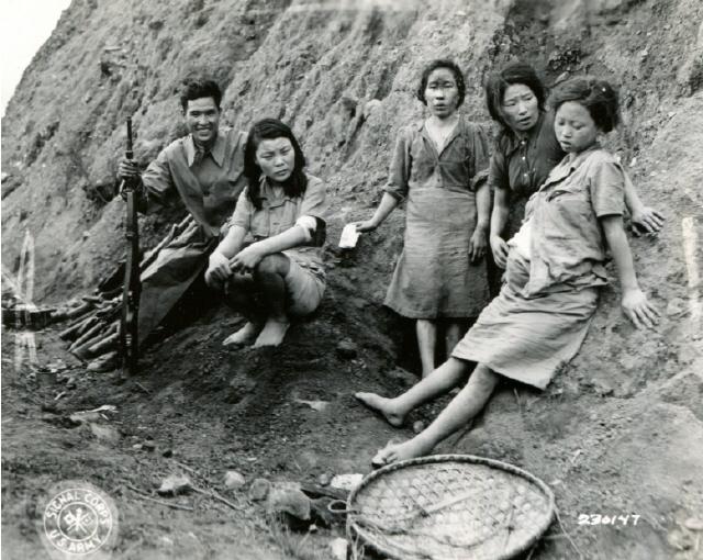1944년 9월7일 텅충에 앞서 함락된 중국 쑹산 지역 수용소에서 탈출했다가 연합군에게 포로로 잡혔던 조선인 여성들 사진은 일본군이 전황이 불리할 때마다 '폐기처분' 하려고 했던 조선인 위안부 처지를 전한다. 사진 속 맨 오른쪽 임신한 여성이 일본군 위안부 존재를 세계에 증언한 박영심 할머니다. 서울시, 서울대 인권센터 제공