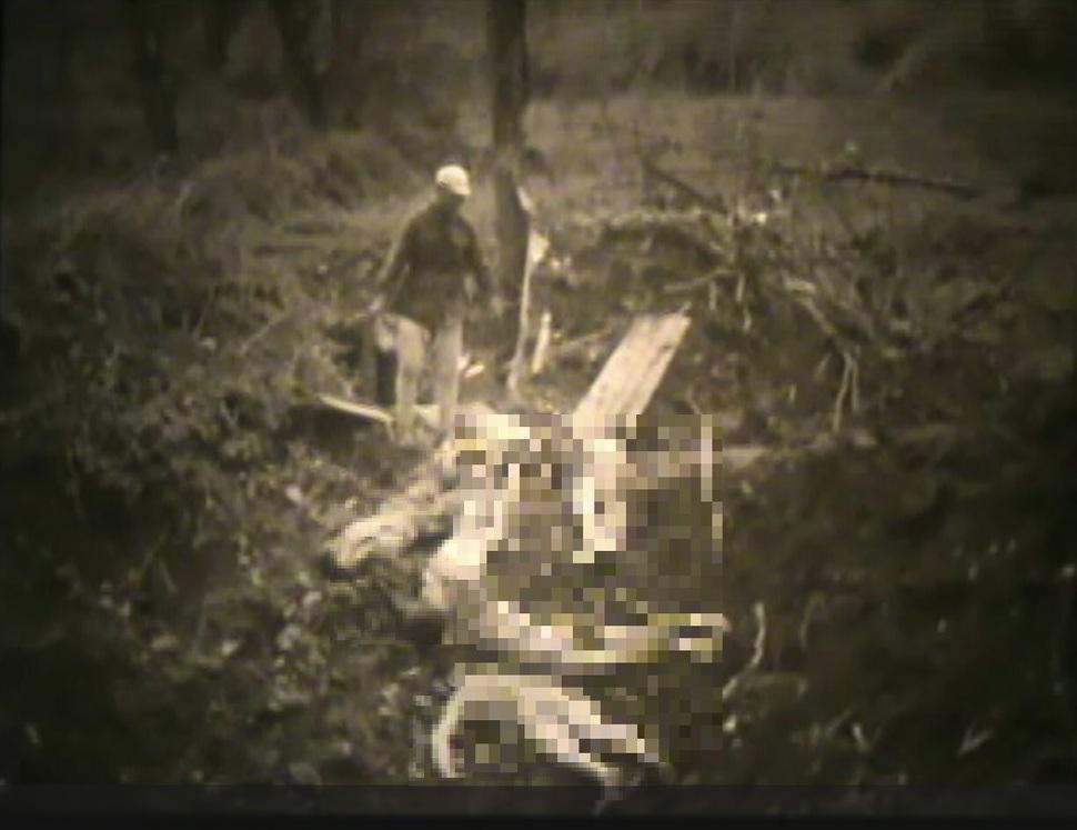 """중국 텅충성에서 집단 총살된 조선인 위안부들을 보여주는 영상이 공개됐다. 연합군은 전선이 무너지기 전날 밤 """" 일본군은 (텅충)성 안에 있는 조선인 여성 30명을 총살했다""""고 기록하고 있다. 한 중국군인이 주검을 살피는 장면. 서울시·서울대인권센터 제공"""