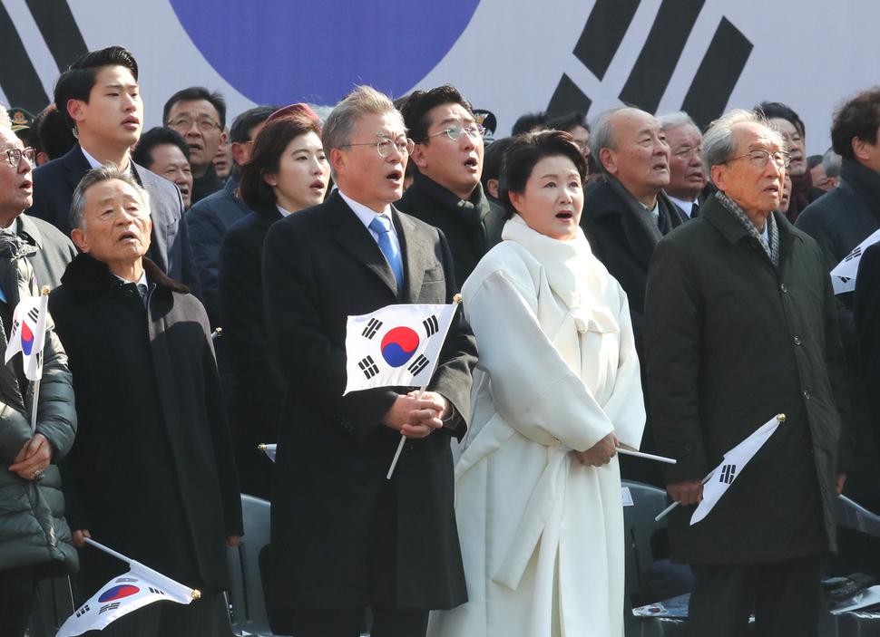 문재인 대통령 내외가 1일 오전 서대문 형무소 역사관에서 열린 제 99주년 3.1절 기념식에 참석해 국민의례를 하고 있다. 청와대 사진기자단