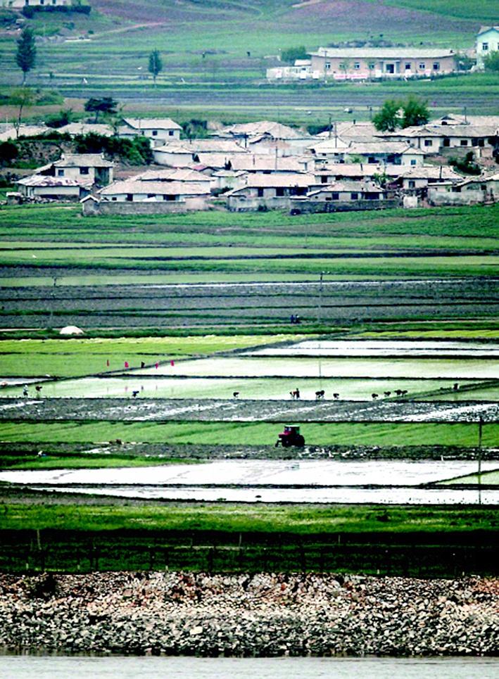 '고난의 행군' 시기 대기근은 중·고교 시절 나에게 많은 영향을 미쳤다. 사진은 인천 강화군 양사면 철산리 평화전망대에서 강 건너편에 바라보이는 북한 들녘. 박종식 기자