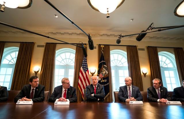도널드 트럼프 미국 대통령(가운데)이 1일 백악관에서 철강, 알루미늄 업계 경영진과 만나 수입 철강, 알루미늄에 대한 고율 관세 부과를 발표하고 있다. 워싱턴/EPA 연합뉴스