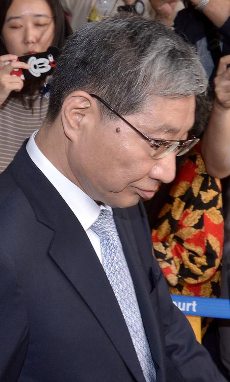 장충기 전 삼성미래전략실 차장이 지난해 8월 25일 오후 1심 선고 공판에 출석하기 위해 서울중앙지법으로 들어서고 있다.