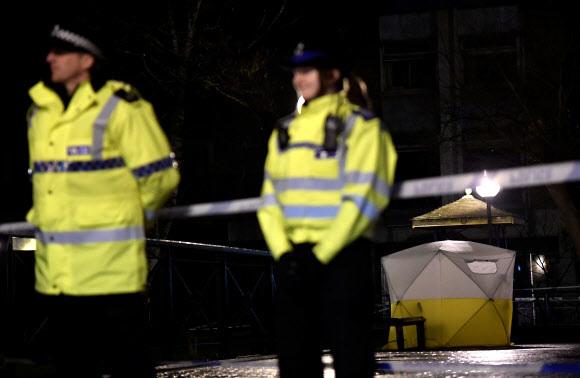 영국 경찰이 5일 남부 솔즈베리에서 발생한 러시아 스파이 음독 사건을 수사하기 위해 현장을 지키고 있다. 솔즈베리/로이터 연합뉴스