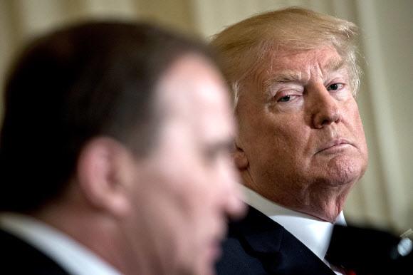 도널드 트럼프 미국 대통령(오른쪽)이 6일 백악관에서 스테판 뢰벤 스웨덴 총리와의 공동 기자회견에 참석해 뢰벤 총리의 발언을 듣고 있다. 워싱턴/EPA 연합뉴스