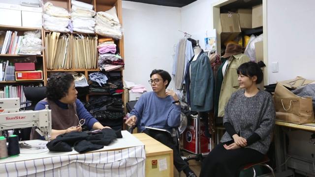 '창신아지트'에 입주한 지역 봉제업자와 디자이너들이 함께 이야기를 나누고 있다. 2015년 3월 예비사회적기업인 어반하이브리드는 동대문 지역의 패션봉제업을 활성화하기 위해 지역 봉제업자들과 새내기 디자이너들의 공동작업공간인 '창신아지트'를 열었다.  어반하이브리드 제공
