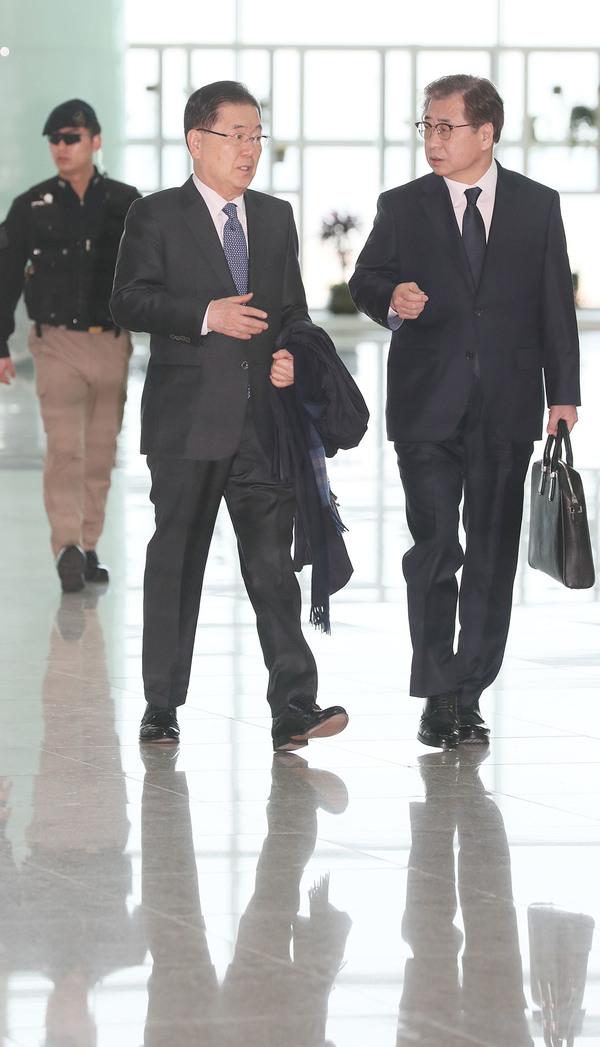 정의용 청와대 국가안보실장(왼쪽)과 서훈 국가정보원장이 8일 오전 인천공항에서 출국장으로 향하며 대화를 나누고 있다. 연합뉴스