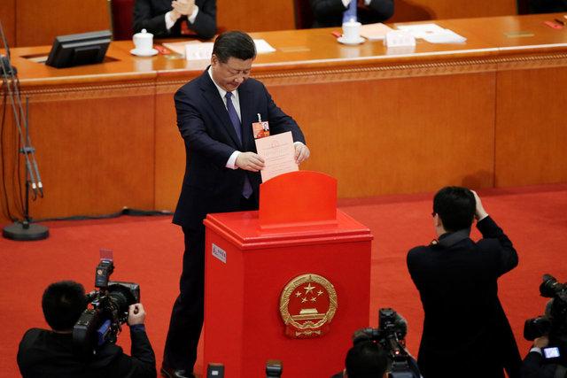 시진핑 중국 국가주석이 11일 베이징 인민대회당에서 열린 전국인민대표대회 3차 전체회의에서 '주석 임기 제한 철폐' 등을 핵심으로 하는 개헌안에 투표한 뒤 투표용지를 함에 넣고 있다. 베이징/ 로이터 연합뉴스