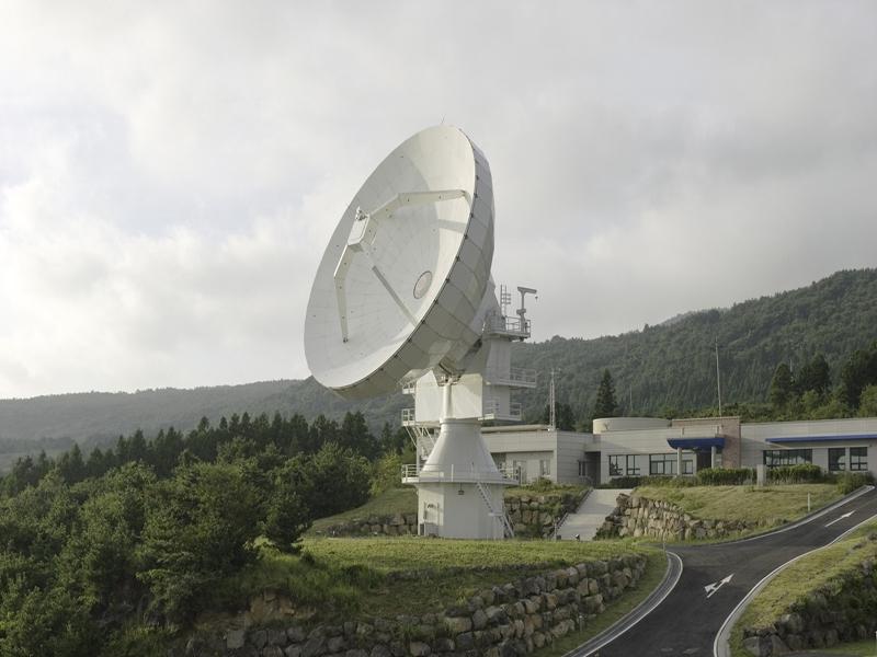 한국우주전파관측망을 구성하고 있는 3개의 21m 전파망원경 가운데 제주(탐라대)에 설치돼 있는 것. 한국천문연구원 제공