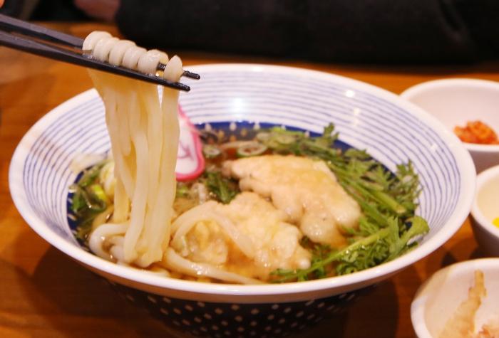 '와라쿠샤샤'의 '닭고기텐뿌라튀김우동'. 박미향 기자