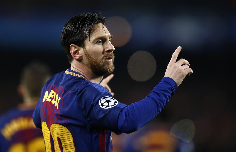 바르셀로나의 리오넬 메시가 15일(한국시각) 열린 2017~2018 유럽축구연맹 챔피언스리그 16강 2차전 첼시와 경기에서 선제골을 넣은 뒤 기뻐하고 있다. 바르셀로나/AP 연합뉴스