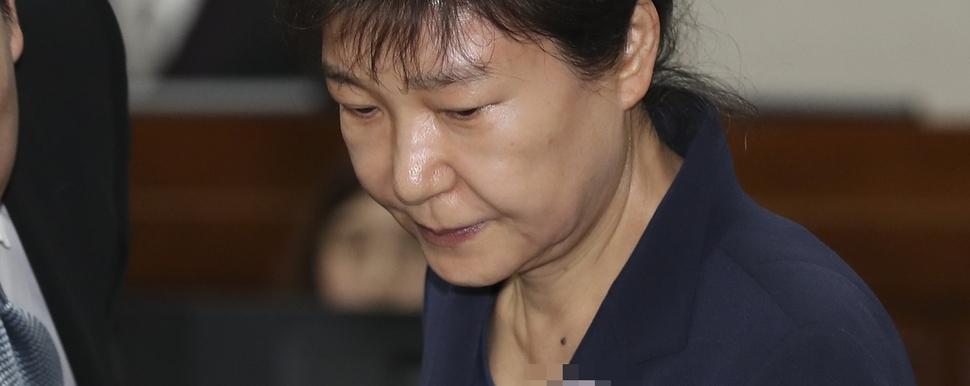 """""""'얼마있어요?' 박근혜 국정원 특활비 잔고까지 챙겼다"""""""
