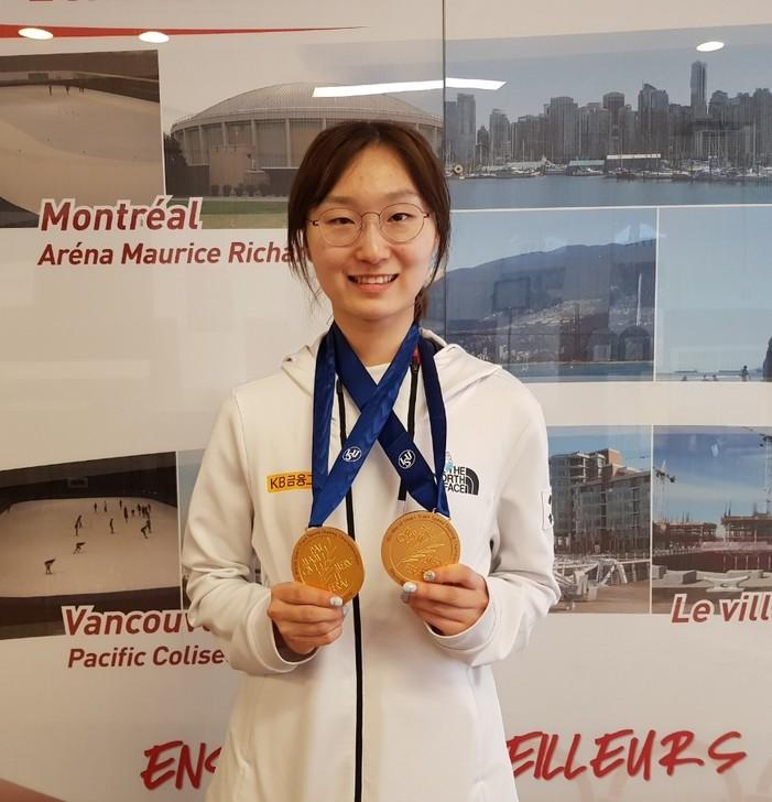 최민정이 2018 세계쇼트트랙선수권대회 여자 500m와 1500m 금메달을 목에 걸고 환하게 웃고 있다.  갤럭시아SM 제공