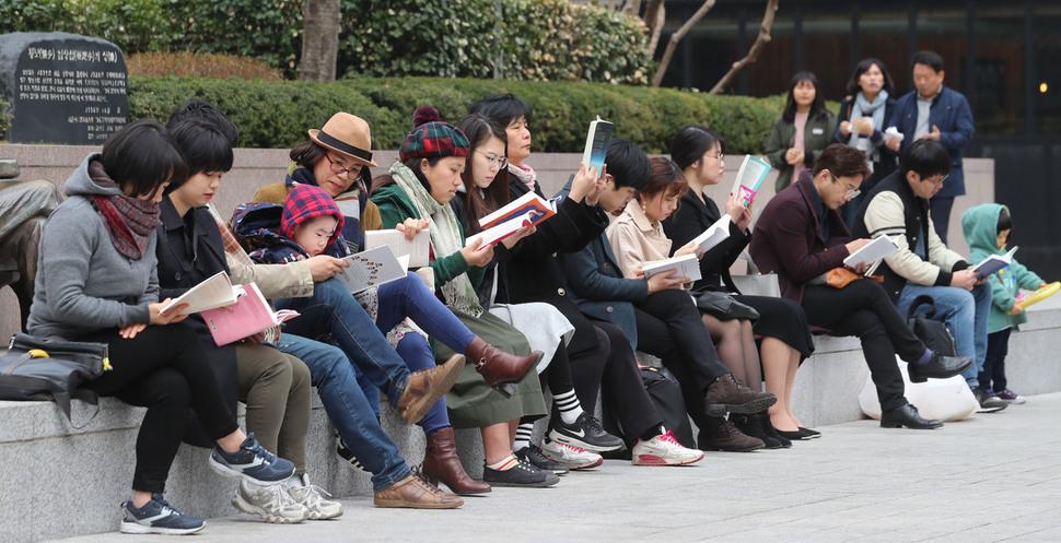 아직 날씨가 풀리지 않았음에도 30명이 넘는 이들이 모여 함께 책을 읽는 모습이 이색적이다. 신소영 기자 viator@hani.co.kr