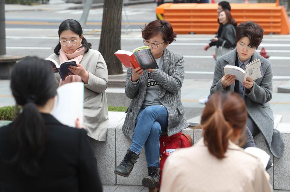 각자 고른 책을 가지고 모여 30여분 동안 책을 읽고 나서 서로의 의견을 교환한다.  신소영 기자 viator@hani.co.kr