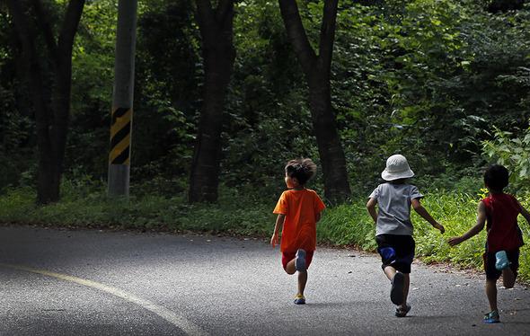 초고령사회 진입으로 90살 가까이 일하다 은퇴하게 될 아이들. 이정아 기자 leej@hani.co.kr