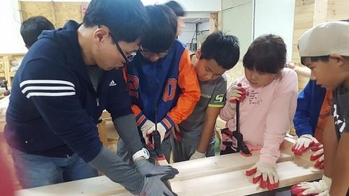지난해 10월14일 대리마을농촌유학센터 학생들이 목공 수업에 참여하고 있다. 대리초 양성호 교사 제공