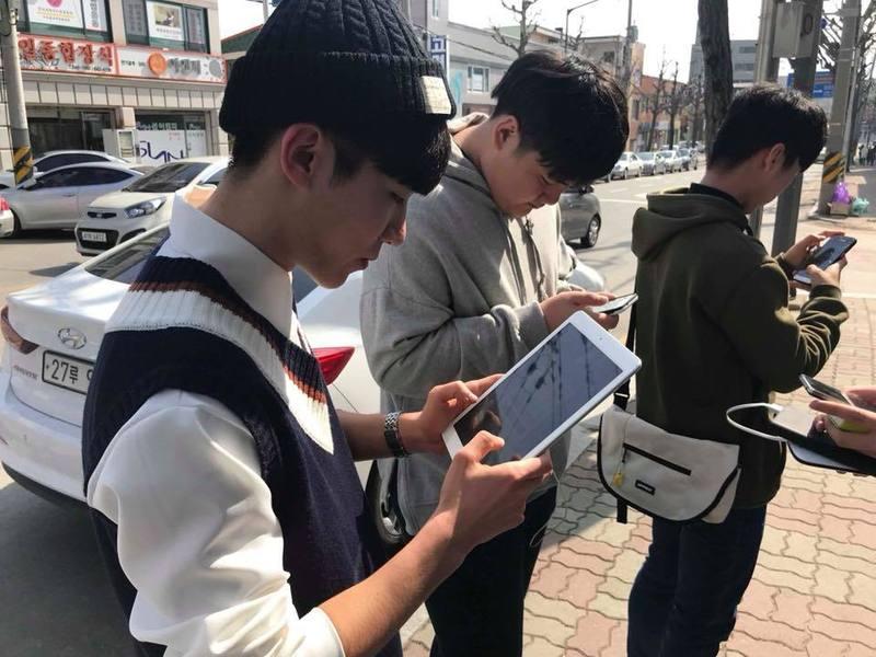 부천 송내고 학생들이 지난 10일 평창 겨울패럴림픽 지역을 찾아 각종 시설의 장애인 접근 여부를 조사하는 커뮤니티 매핑을 하고 있다. 커뮤니티매핑센터 제공