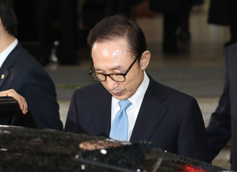 지난 15일 검찰 조사를 마치고 귀가하는 이명박 전 대통령. <한겨레> 자료사진