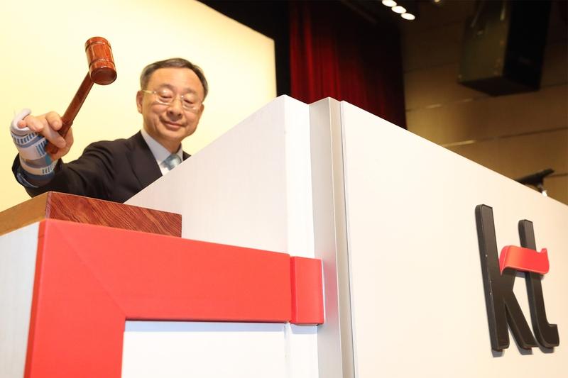 황창규 케이티 회장이 23일 서울 우면동 케이티연구개발센터에서 주총을 진행하고 있다. 케이티 제공