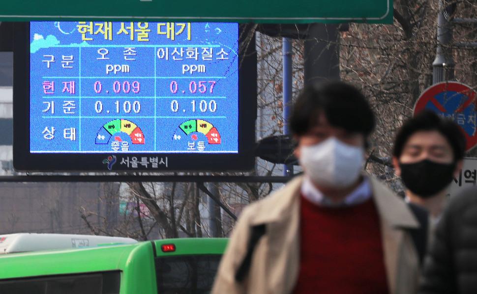 앞으로 미세먼지에 대한 국민 민감도가 한층 높아진다. 26일 일부 광역지자체에 따르면 27일부터 환경기준을 강화한 '환경정책기본법시행령'이 시행되면 PM2.5 미세먼지 환경기준이 일평균 50㎍/㎥에서 35㎍/㎥로, 연평균 25㎍/㎥에서 15㎍/㎥로 바뀐다. 따라서 새 기준을 적용하면 올해는 전반적으로 '나쁨' 이상의 미세먼지 예보 일수가 더욱 잦아질 전망이다. 사진은 서울 덕수궁 앞에 설치된 미세먼지 현황 전광판. 연합뉴스
