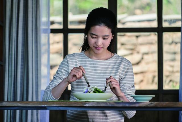 영화 <리틀 포레스트> 주인공 혜원(태리)가 제철식을 먹고 있는 장면. <한겨레> 자료 사진.