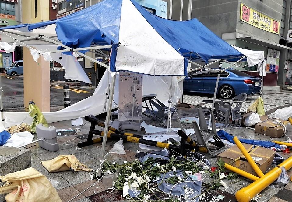 제주 4·3 희생자들의 넋을 기리기 위해 경남 창원시 정우상가 앞에 설치한 분향소가 4일 새벽 누군가에 의해 완전히 부서졌다.