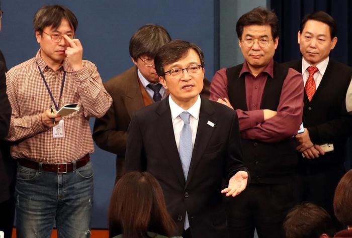 김의겸 청와대 대변인이 청와대 춘추관에서 기자들의 질문을 받고 있다. 청와대사진기자단