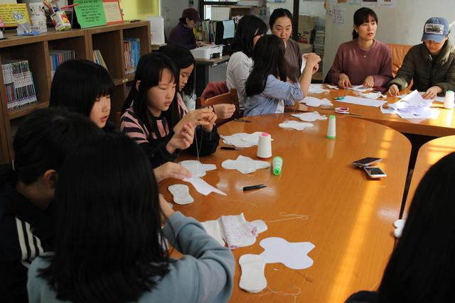 서울주택도시공사(SH)와 희망제작소가 진행하는 '행복한 아파트 공동체 만들기' 프로그램에 참여한 서울 상암동 월드컵 아파트 8단지 주민들이 최근 단지 안 작은 도서관에 모여 면생리대를 만들고 있다.