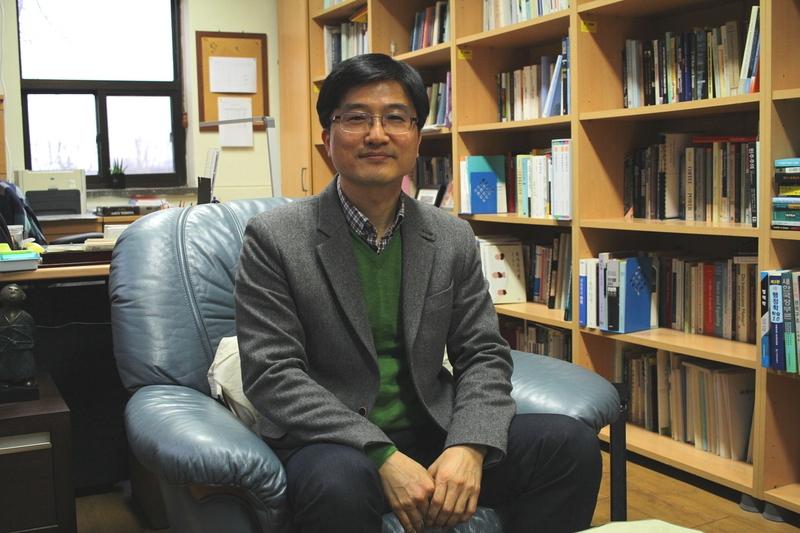 지난해 9월 <작은 복지국가 한국의 정치경제학>(The Political Economy of the Small Welfare State in South Korea)을 출간해 국내외에서 주목받는 양재진 연세대 행정학과 교수.