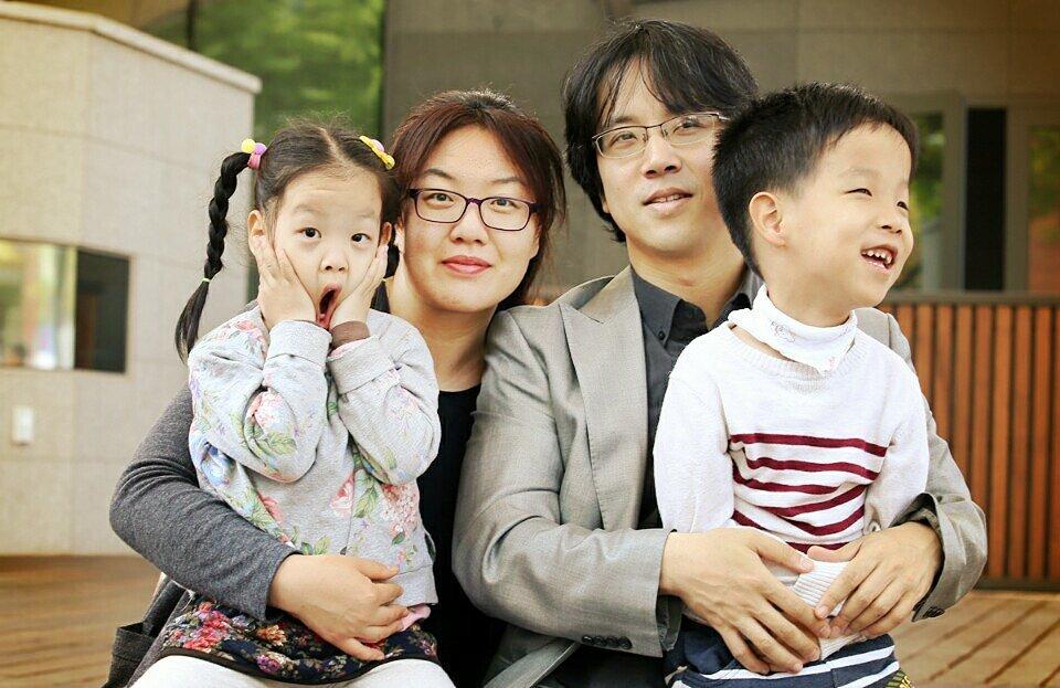 """<사양합니다, 동네 바보 형이라는 말>의 저자 류승연씨(왼쪽 두번째)가 장애가 있는 아들 동환이(맨 오른쪽) 등 가족들과 함께 찍은 사진. 류씨는 """"장애가 누구에게나 올 수 있다는 사실을 인식한다면 장애가 이 사회의 중요한 주제가 될 수 있다""""고 말했다. 푸른숲 제공"""