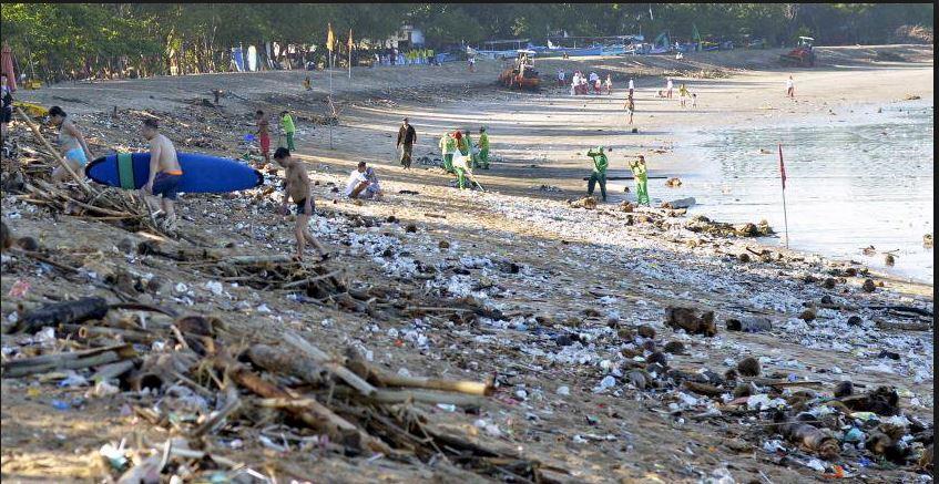 '쓰레기 비상사태'가 선포된 인도네시아 유명 휴양관광지인 발리의 해변.