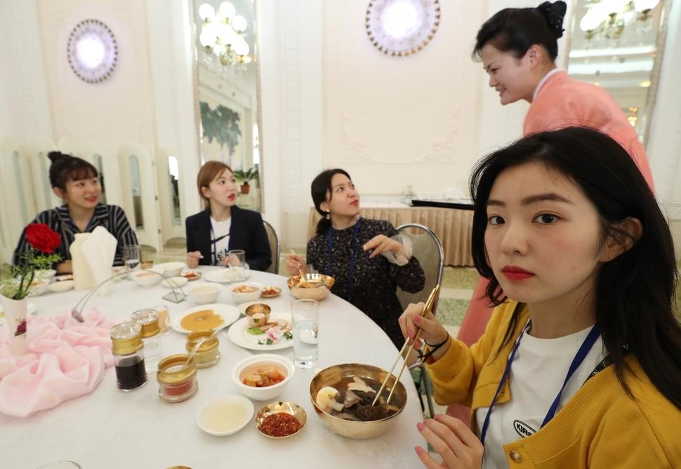 지난 2일 오후 평양 냉면 전문점인 옥류관에서 걸그룹 레드밸벳이 냉면을 먹고 있다. 연합뉴스