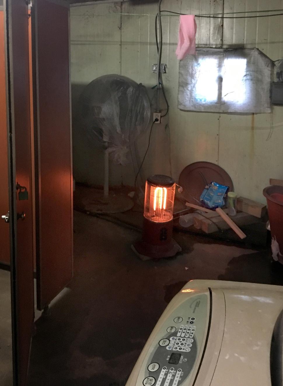 2003년 11월 강제단속 과정에서 우즈베키스탄인 부르혼이 목을 맨 인천의 한 목재공장 화장실. 15년의 시간이 흘렀지만 화장실은 그때 그 모습 그대로 남루하다. 이문영 기자