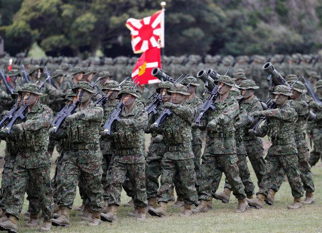 일본 육상자위대 수륙기동단이 7일 나가사키현 사세보시 아이노우라 주둔지에서 부대 발족식에 앞서 행진을 하고 있다. 아이노우라/로이터 연합뉴스