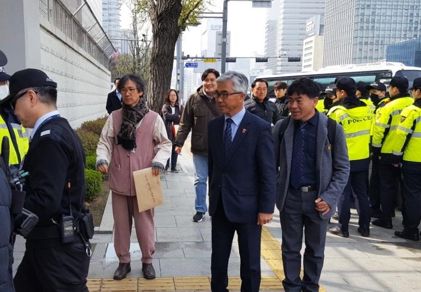 박찬식 4·3범국민위 운영위원장과 양윤경 4·3