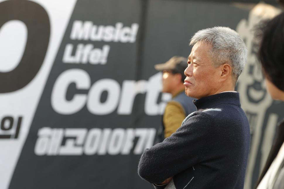 콜트콜텍 투성 11년을 꽉 채운 9일. 새 펼침막으로 단장한 서울 광화문 농성장을 임재춘 씨가 바라보고 있다. 이정아 기자 leej@hani.co.kr