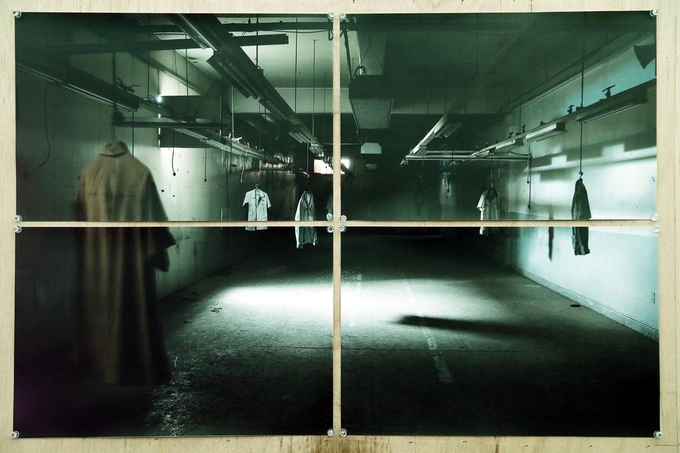 인천시 부평구 갈산동 421-1 콜트악기공장. 이 현장에서 미술가들의 전시가 열렸다. 미술가들은 공장으로 모여들어 `청소퍼포먼스'시작으로 폐공장을 예술적 공간으로 바꿔나갔다. 그 공간에 남겨진 노동자들의 물건과 폐자재, 먼지까지 작품이 되었다. 당시 정윤희 작가의 전시를 기록한 정택용 사진가의 작품이 9일 오후 서울 종로구 정부서울청사 옆 콜트콜텍 농성.전시장에 전시되어 있다. 이정아 기자 leej@Hani.co.kr