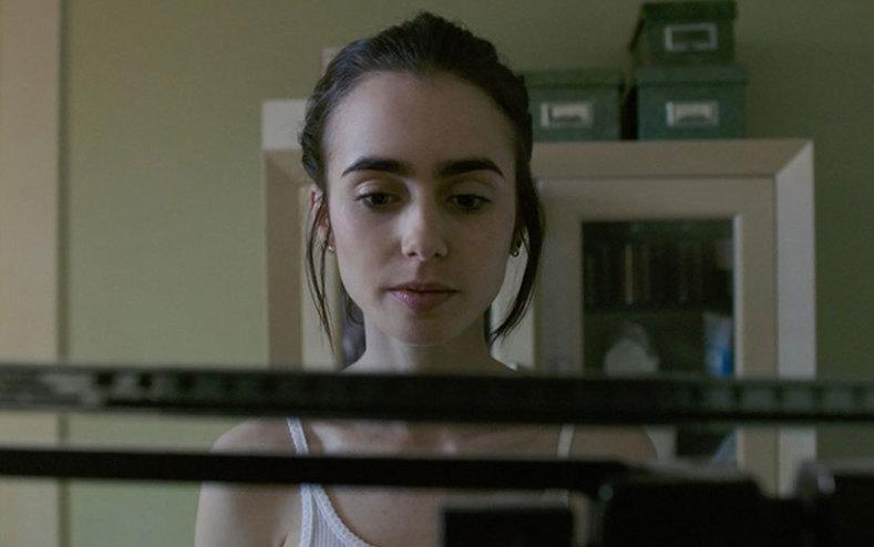 영화 <투 더 본>. 극중 엘렌의 신체를 조망하는 여러 시선은 엘렌이 마주하는 다른 등장인물의 눈길이자, 엘렌이 자신을 형상화하고 있는 왜곡을 마주하기 위한 거울의 역할 또한 수행한다. 영화는 그 중 어느 하나도 답이 아니라는 것, 하지만 그 모두를 만나고 나서야 진정으로 자신을 마주할 수 있다는 것을 보여준다. 출처: IMDb
