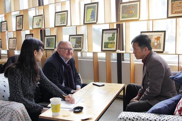 """하게메예르 교수(가운데)와 김연명 중앙대 교수(오른쪽)가 지난 달 23일 서울 통인동의 한 카페에서 만나 한êµ 연금 ìœë""""의 개혁 방안을 주제로 대담을 나누ê³ 있다."""