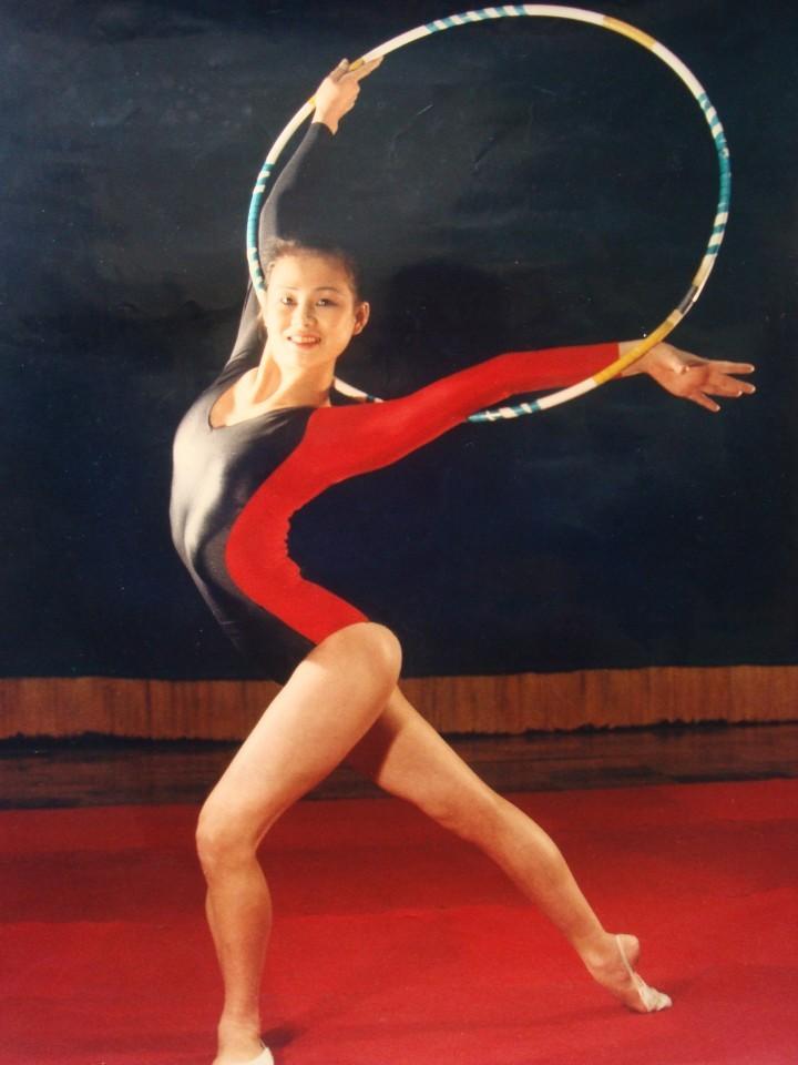 북한의 리듬체조 국가대표 시절 이경희(현 한국 리듬체조 국가대표 후보선수 전임지도자)씨가 1991년 후프 동작을 선보이고 있다. 이 사진은 당시 북한의 스포츠 명장면을 담은 달력에 실렸다. 이경희씨 제공