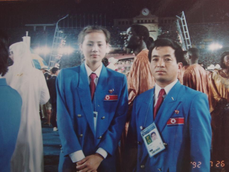 1992년 스페인 바르셀로나올림픽에 참석한 북한의 리듬체조 대표인 이경희 선수(현재는 한국 국가대표 후보선수 전임지도자)가 북한의 유도팀 지도자와 함께 포즈를 취하고 있다. 이경희씨 제공