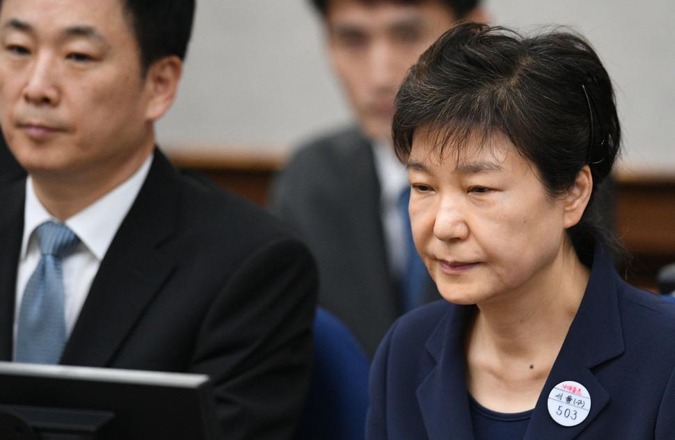 박근혜 전 대통령이 2017년 5월23일 왼쪽 옷깃에 수인번호 '503'을 달고 서울중앙지법 417호 대법정에서 재판 시작을 기다리고 있다. 국정농단의 첫 재판이었다. 사진공동취재단