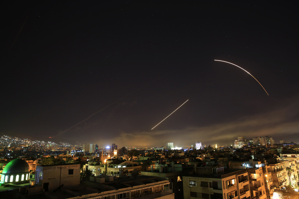 미국·영국, 프랑스 등 서방 국가들이 시리아 정부의 화학무기 사용과 관련해 '응징 공격'에 나선 14일(현지시간) 새벽 미사일들이 긴 궤적을 남기며 수도 다마스쿠스의 하늘 위를 날아가고 있다. AP 연합뉴스