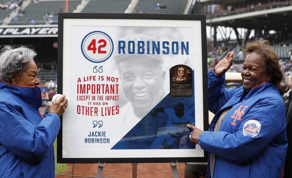 재키 로빈슨의 부인 레이철(왼쪽)과 딸 샤론이 16일(한국시각) 열린 뉴욕 메츠와 밀워키 브루어스의 메이저리그 경기 전 재키의 얼굴과 상패가 담긴 사진을 들어 보이고 있다. 뉴욕/AP 연합뉴스