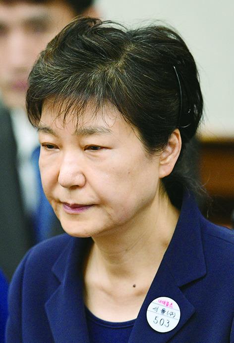 박근혜 전 대통령이 왼쪽 옷깃에 수인번호 '503번'을 달고 서울중앙지법 417호 대법정에서 재판 시작을 기다리고 있다. 사진/사진공동취재단